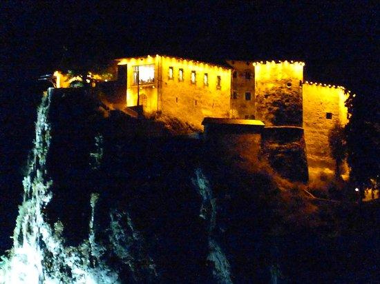 Best Western Premier Hotel Lovec: vue nocturne sur le chateau