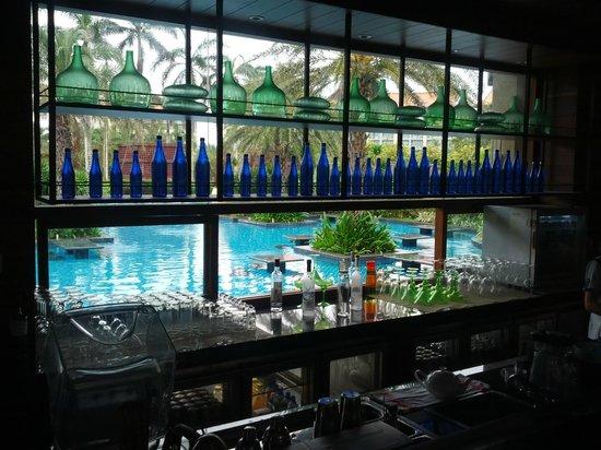 Renaissance Sanya Resort & Spa: pool side bar