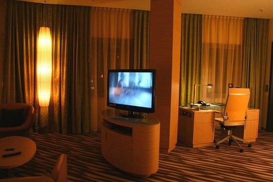 Hilton Frankfurt Airport Hotel: Living area in corner suite, #6123