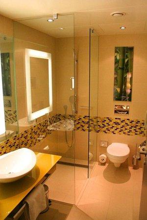 Hilton Frankfurt Airport Hotel: Full bath in suite