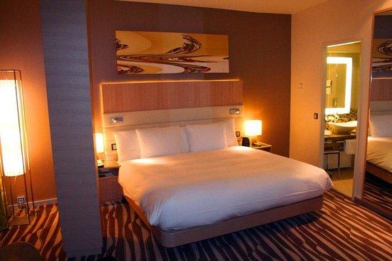 Hilton Frankfurt Airport Hotel: Bedroom in a corner suite, # 6123
