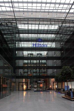 Hilton Frankfurt Airport Hotel: Approach to Frankfurt Airport Hilton