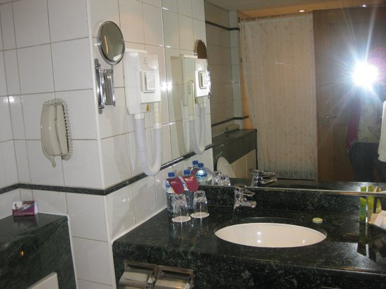 Crowne Plaza Dubai: Bathroom