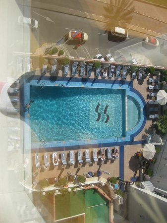 Crowne Plaza Dubai: Room overlooking the pool