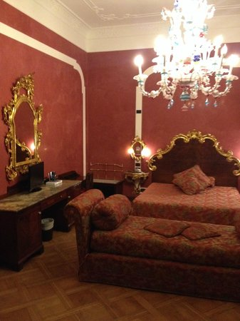 Hotel San Moise: A triple room nicely decorated with traditional Venetian style.