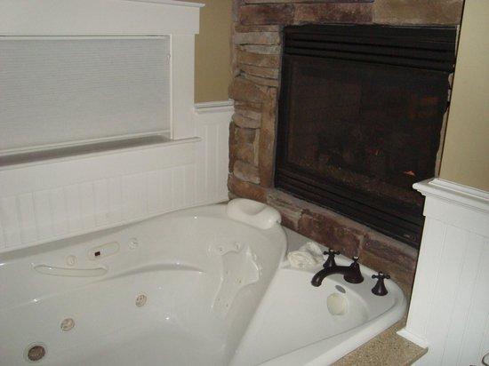 Gazebo Inn Ogunquit: the cozy bathtub