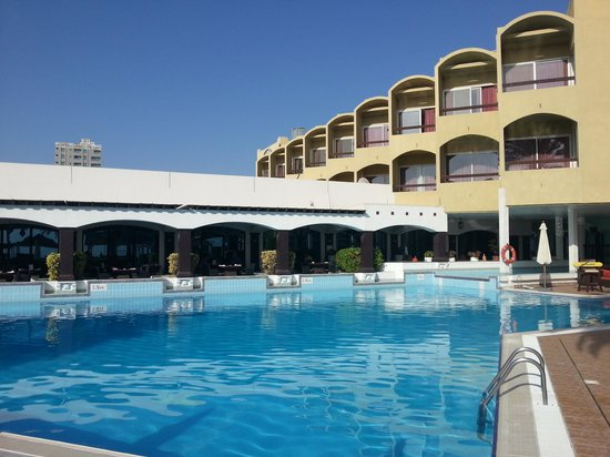 Hilton Fujairah Resort: Stunning setting at the pool!