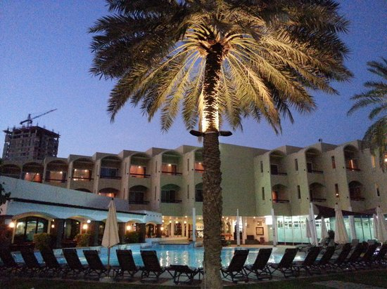 Hilton Fujairah Resort: The pool area looks even greater at night time!