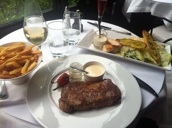 L'Institution : Salade César (16€80) & Noix d'entrecôte Angus Aberdeen 300g frites fraîches maison (27€50)
