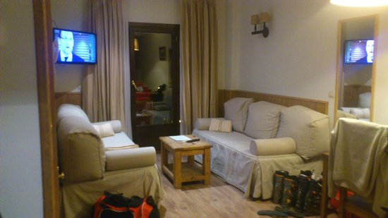 Aparthotel Sarrato : Cuarto de Estar con Dos sofas Cama