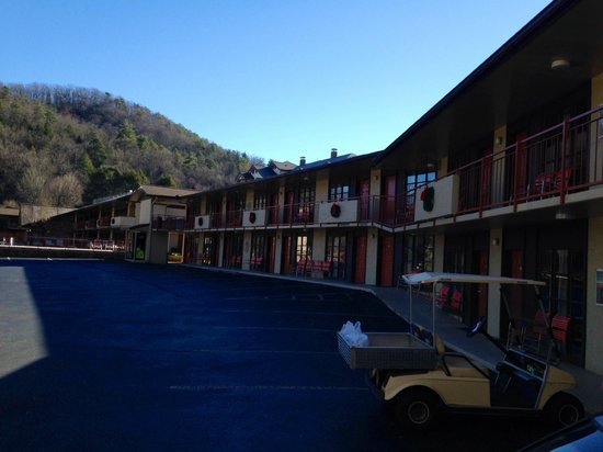 Mountain House Motor Inn Downtown: View from outside the lobby