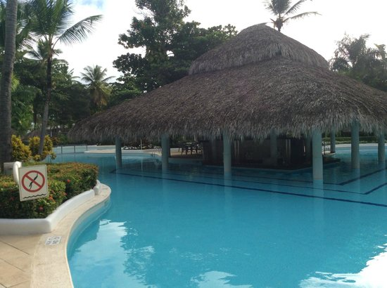 Grand Palladium Bavaro Suites Resort & Spa : Pool and swim up bar