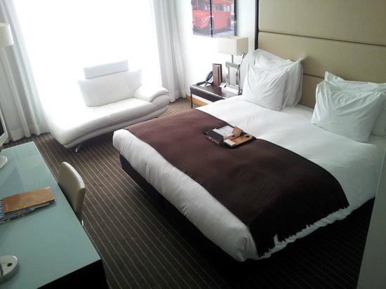 Pestana Chelsea Bridge Hotel & Spa London: Room 2 with lovely lounge sofa!