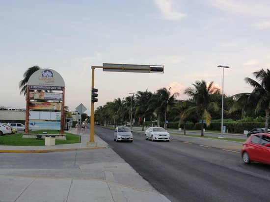 Avenida Kukulkan: The 'attraction'