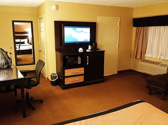 Best Western Plus Newark Airport West: Big TV