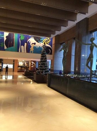 The Westin Sydney : view of lobby decorated for holidays