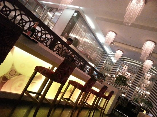 DoubleTree by Hilton Cape Town - Upper Eastside: Bar area and restaurant