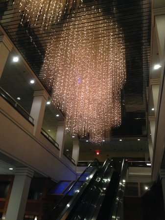 Radisson Hotel Rochester Riverside: Lobby Chandelier