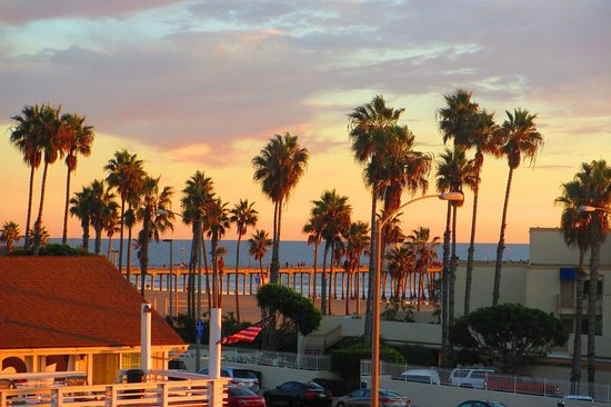 Huntington Beach Inn: Beach and pier at right at your fingertips.