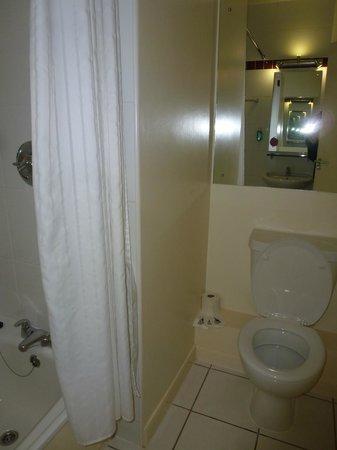 Jurys Inn Nottingham: The Bathroom