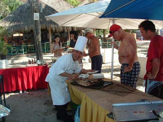 Friendly Vallarta All Inclusive Family Resort: Cookin barbecue on the beach