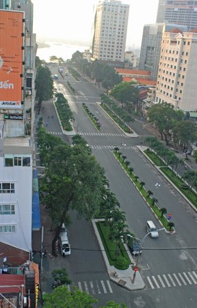 Palace Hotel Saigon: avenue to the Saigon Riverwalk
