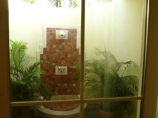 Grand Palladium Lady Hamilton Resort & Spa: outdoor shower