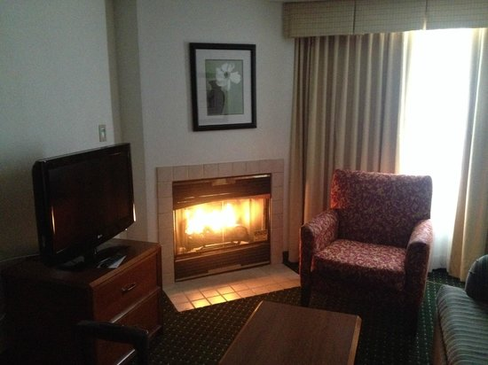 Residence Inn Pittsburgh Airport Coraopolis: I read about this on TripAdvisor, I thought it was too much to hope for -  but yes, a real firep
