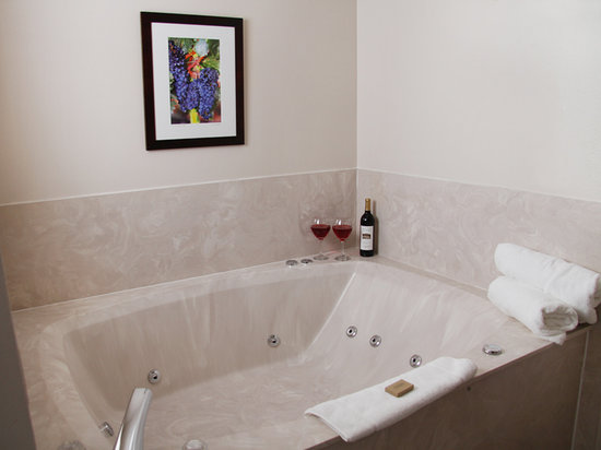 The Wine Country Inn - Country House Inns Jacksonville: Wine Country Inn King Whirlpool Suite