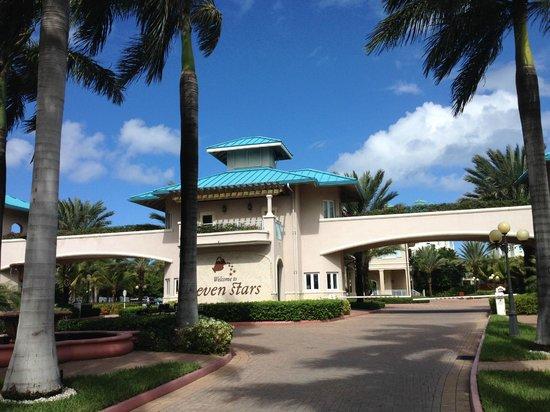 Seven Stars Resort & Spa : Entering the resort