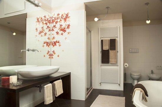 Ampia sala da bagno con doccia e vasca da bagno presenti foto di