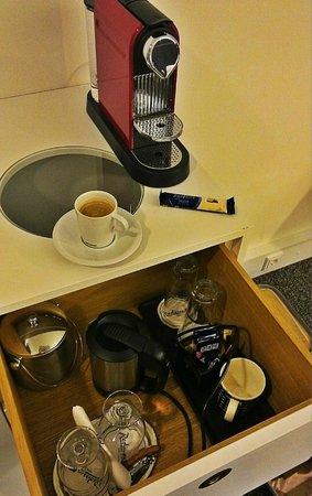 Radisson Blu Plaza Hotel, Helsinki: кофемашина в номере