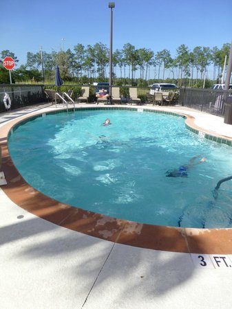 Fairfield Inn & Suites by Marriott Naples : Small pool and no hot tub.  Pool closes at dark.