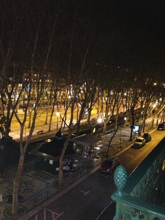 LxCorner Hostel: dal balconcino dell'ostello: avenida de libertade! (la fermata metro è poco piu su)