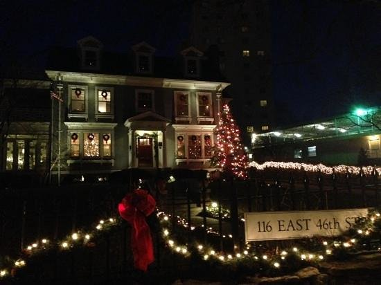 Southmoreland on the Plaza : Christmas decorations add to the charm