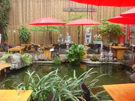 Villa Cha-Cha: restaurant en face