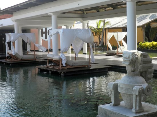 Catalonia Bavaro Beach, Casino & Golf Resort : Palapas near the main buffet