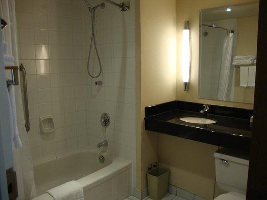 Novotel Montreal Center: Banheiro