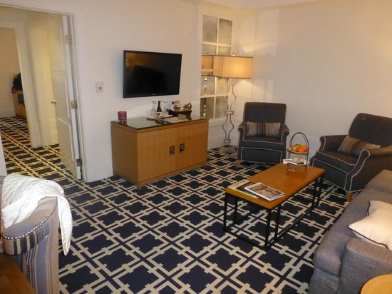Garden Court Hotel: Living Room, Room 326