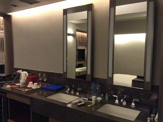 Wanchai 88 Hotel : Vanity outside