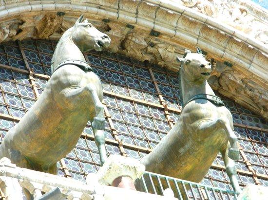 Basilique Saint-Marc : Two of the Constantinople replica horses