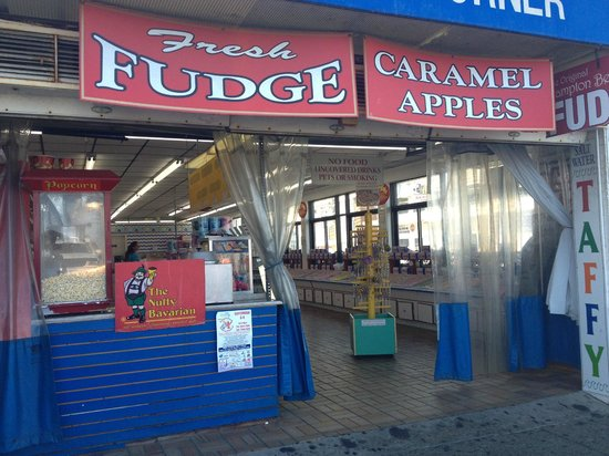 Hampton Beach State Park: candy shop on the corner