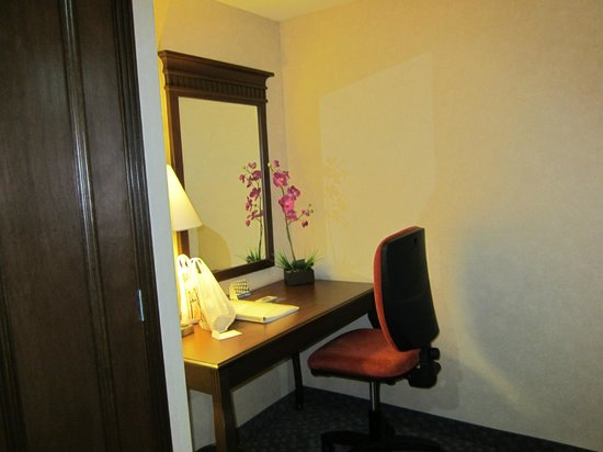 Hampton Inn & Suites Mexico City - Centro Historico: Table