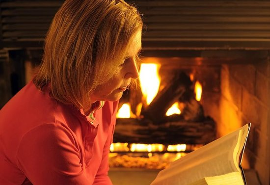 Kaimai Country Lodge: In winter relax with a good book by the log fire
