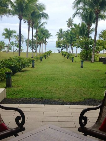 Raiatea Lodge Hotel : view from hotel of grounds and ocean