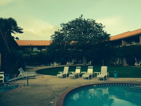 Best Western Plus Pepper Tree Inn : Love the quiet courtyard and lush lawn