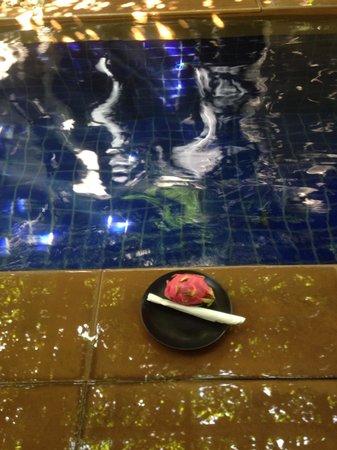 Montra Hotel: Fruit at pool from side bedroom door