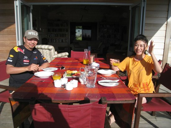 Kaimai Country Lodge: Guests from Chine enjoying a fresh fruit platter at breakfast