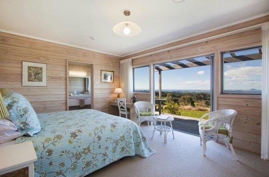 Kaimai Country Lodge: Matakana Room looking out onto deck