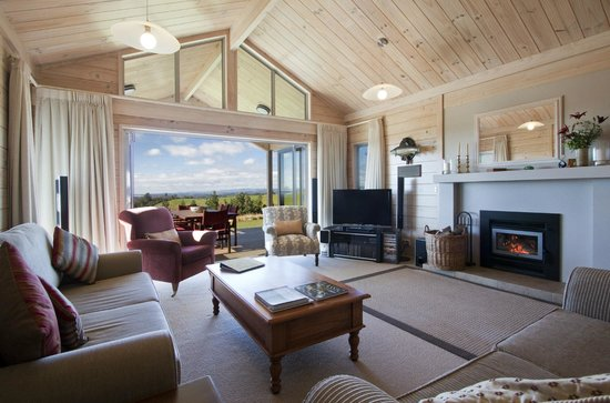 Kaimai Country Lodge: Guest lounge with log fire and sky TV